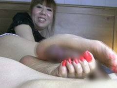 【手コキのような足コキ】足の指を自由に操りチンコをシコりまくる痴女ババァwババァのくせにけしからんテクニックじゃ。