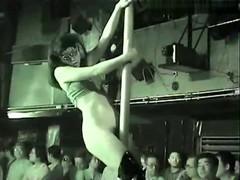 【ストリップ動画8】全裸で踊ってマンコ出してステージで板本番ショー!無修正のストリップ動画が流出!