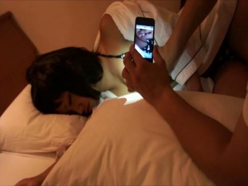 【XVIDEOS無修正②】夜這いでモロ出しまんこキターー!寝ている女をこっそり襲う楽しみ!パンティをずらして、まずは手マンから…