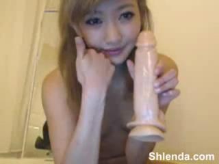 【ライブチャット無修正】細身で美人なアジア系の女子が、課金に喜びを見せながら笑顔で玩具オナニー♪