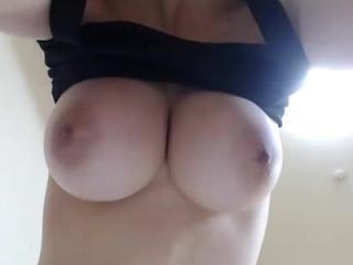 【ライブチャット無修正】この乳は反則過ぎるw巨乳で色白もち肌な美女が、徐々に脱いでくエロストリップ&オナニー!