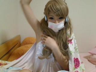 【エロいライブチャット】猫顔・微乳・関西弁ガーゼマスク女子が金髪ツインテールから黒髪ショートカットへ変身