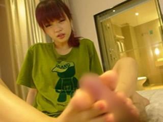 【少女の足コキ無修正】アジア系美少女はホテルでとんでもないエロい足コキ!!想像するだけでチンポが爆発するぜwww