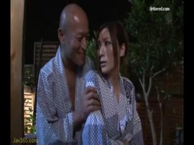 【AV女優xvideos椎名ゆな】人妻エロ温泉旅行!混浴でおまんこが見えているw
