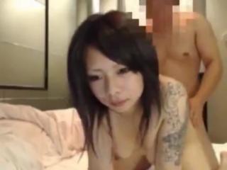 【ライブチャットセックス動画】女の子の刺青がヤ●ザっぽくて怖いwwwでも顔は可愛い!このギャップがたまらないwww